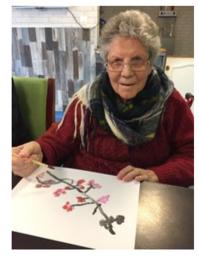 """Une résidente des """"Jardins Bellevue"""" avec son oeuvre pour le concours peinture"""