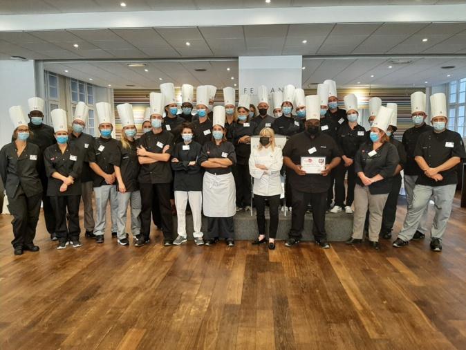 Les 16 finalistes de la 6ème édition du Concours des Chefs DomusVi et leurs Directeurs de résidence, autour de la chef étoilée, Ghislaine Arabian. ©DR