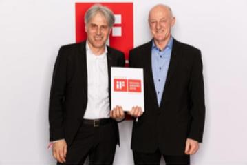 Harald Disch, Directeur Europe Ingénierie & Nouvelles Technologies et Dietrich Berner, Directeur Unité de Production, sont ravis de recevoir le prix iF DESIGN AWARD. Photo: HOBART